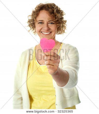 Mujer feliz ofreciendo su corazón