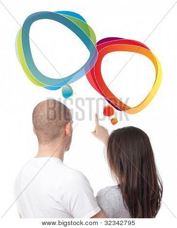Pareja discutiendo, tiro aislado de burbujas de discurso vacío por encima de ellos