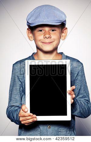 Niño feliz con tablet PC. Tableta de demostración de niño
