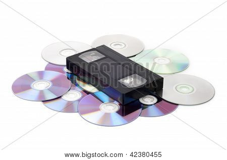 CD vs VHS. Fita VHS leigos nos muitos discos CD isolados no whi