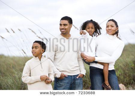 Glücklich afroamerikanische Familie stehen zusammen am Strand