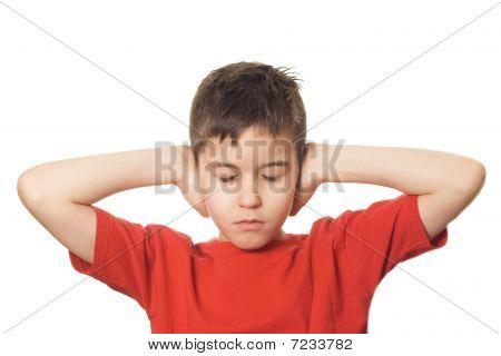 Menino bloqueando seus ouvidos