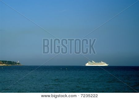 cruise ship,leaving the port of Nice