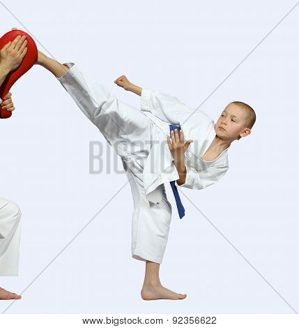 On a light background the blow mawashi geri beats a small athlete on simulator