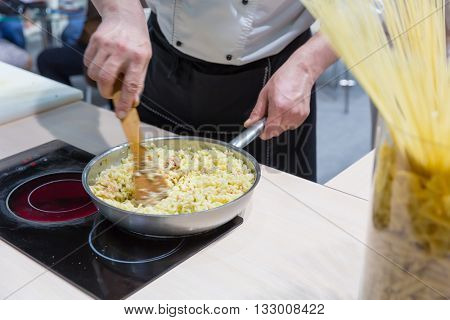 Cook cooking bulgur