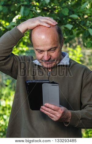 Elderly man can not deal with the tablet settings. The problems with the study of modern technologies the elderly.