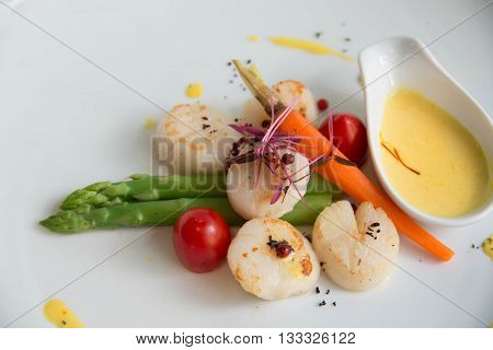 mage of gourmet seared scallops with garnishes.