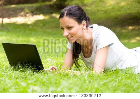 Girl freelancer doing her job in the park. the joy and pleasure of working