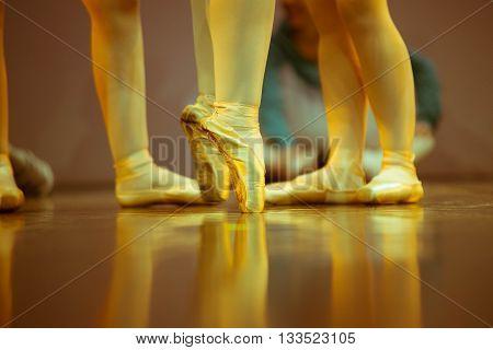 Dettaglio di piedi di ballerine sul palco