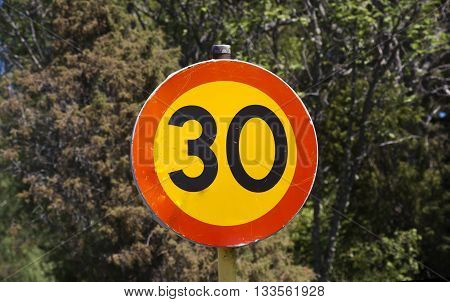 a sign saying that there is a speed limitation