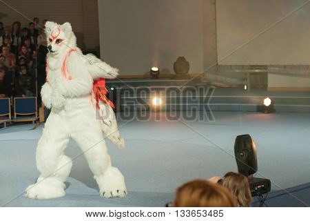 Cosplayer Dressed As Character Amaterasu From Game Ókami