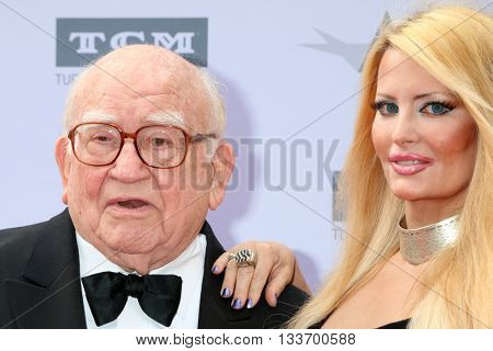 LOS ANGELES - JUN 9:  Ed Asner, Yvette Rachelle at the American Film Institute 44th Life Achievement Award Gala Tribute to John Williams at the Dolby Theater on June 9, 2016 in Los Angeles, CA
