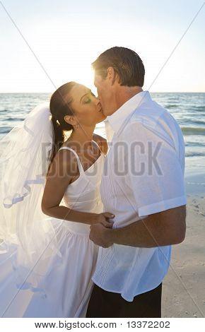 Novia & novio casaron pareja besándose en la boda de la Playa Sunset