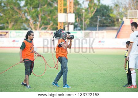 Prachuapkirikan Thailand-mar9,2016:cameraman Live Stream Competition During Prachuap Fc Vs Rayong Fc