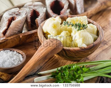 Mashed potatoes in the wooden bowl on the service tray.