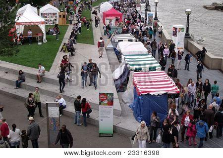 Londres-el 11 de septiembre: Multitudes disfrutando el festival 2011 de celebraciones de Londres, en el southbank del r