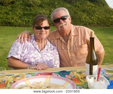 Senior par disfrutar de un patio trasero de la barra B Que