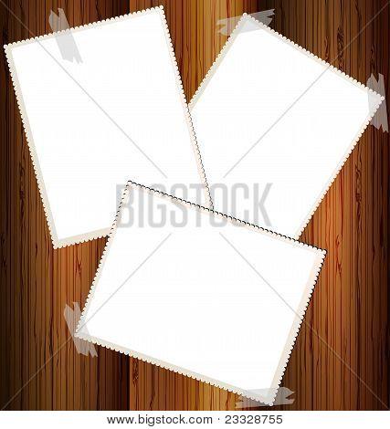 três cartas de vazias em uma parede de madeira