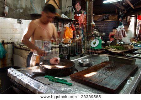 22. August: Kuala Lumpur: Fischhändler in einem traditionellen chinesischen nass Markt arbeitet an seinem Stand am Mai 22,