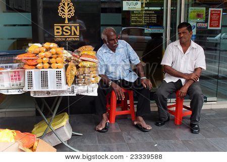 22. August: Kuala Lumpur: eine indische Händler verkauft Snack Essen am Mai 22, 2011 in Kuala Lumpur, Malaysia.