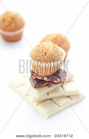 Barra de Chocolate y Muffin aislado en blanco