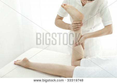 The beautician who massages the foot