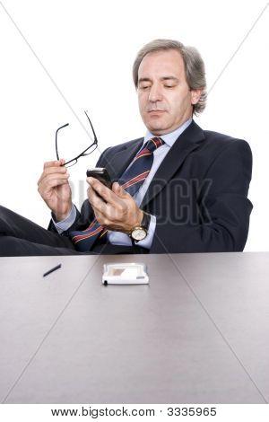 Ältere Businessman Wählen einer Nummer im Handy