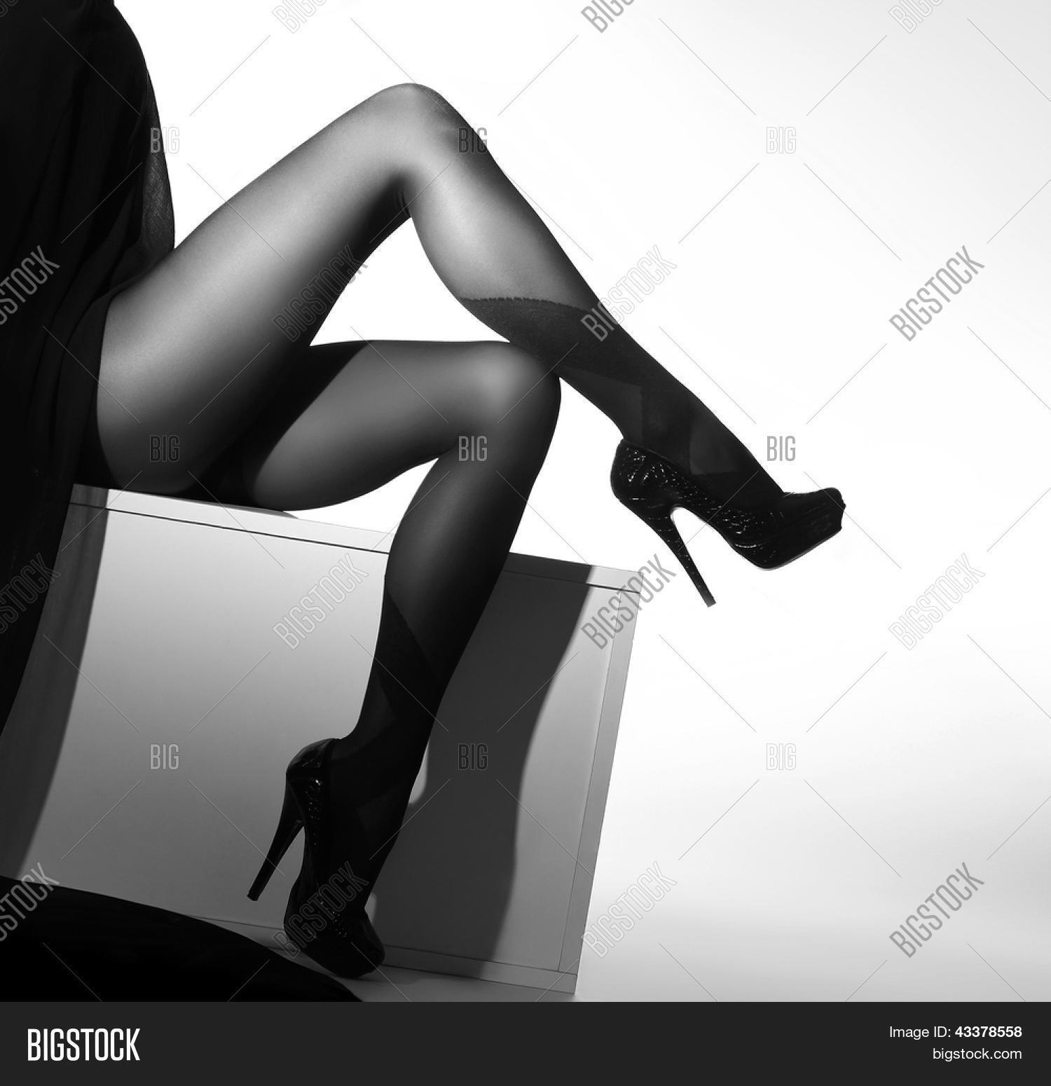 Zwart-wit foto van de mooie benen in nice kousen op witte ...