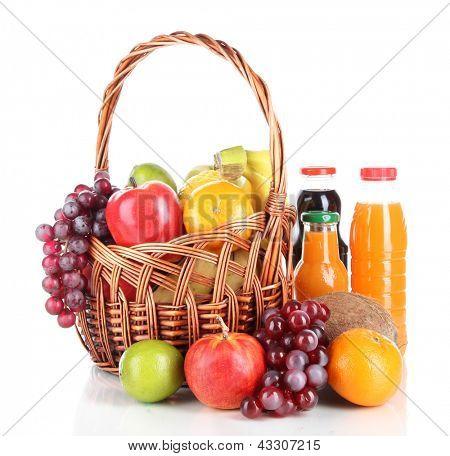 Diferentes frutas na cesta de vime com suco, isolado no branco