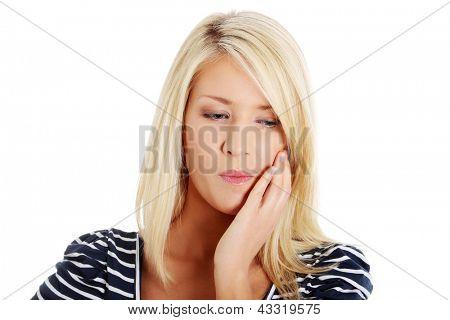 Jovem mulher com dor é ter dor de dente isolado no branco