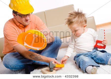 Vater und Kind spielen