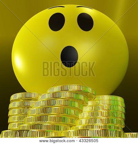 Smiley sorprendido con monedas mostrando éxito repentino