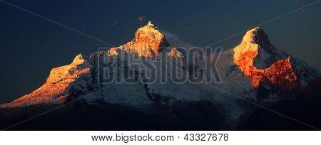 Picos del Huandoy (6395m) en la Cordillera Blanca, Perú, Sudamérica