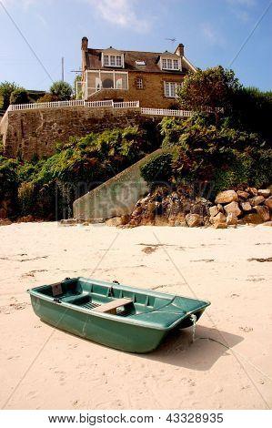 Barco e uma casa em uma praia da Bretanha na França