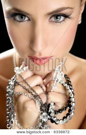 La atractiva mujer elegante joyería