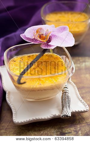 Vanilla flan with eggs and milk