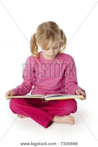 sechs Jahre altes Mädchen ein Buch zu lesen