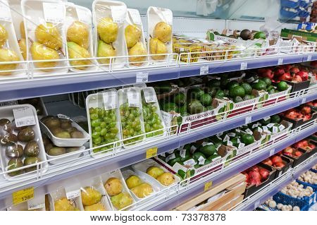 Samara, Russia - October 5, 2014: Showcase With Fresh Fruits In Supermarket Magnit. Russia's Largest