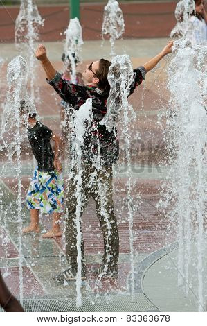 Fully Clothed Man Gets Triumphantly Soaked Standing In Atlanta Fountain