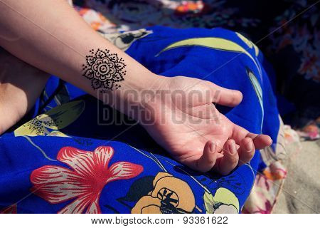 henna tattoo mehendy on hand mandala