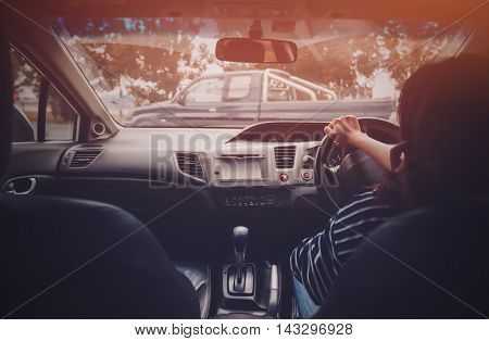 Photo Asian woman driving a car safelyfocus on hand