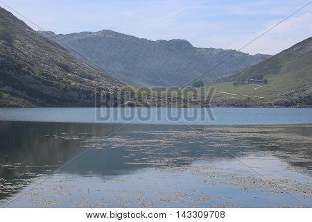 Montañas sobre lago de Covadonga en Asturias