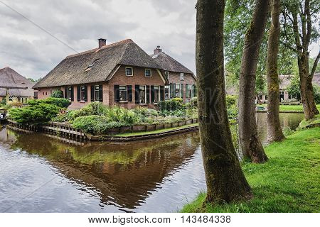 The house stands between the channels in the Dutch village of Giethoorn.