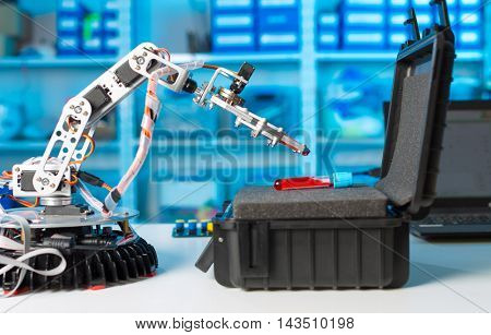 Roboter arm and test tube