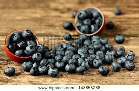 Placer fresh blueberries on a wooden table