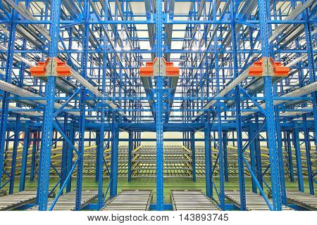 Dynamic Gravity Storage With Conveyer Rollers in Warehouse