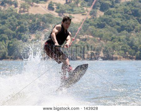 Junge wakeboarding