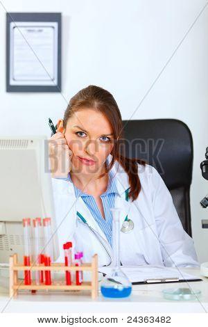 Mulher médico cansado do seu trabalho