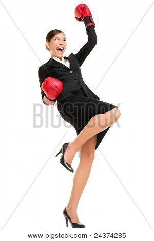 Traje de ganar negocios mujer celebrando vistiendo guantes de boxeo y negocios. Succ ganador y negocios