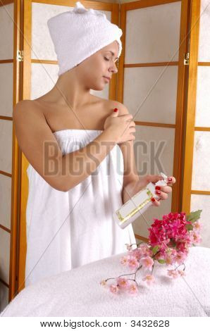 Spa Moisturizing Cream Application 1A